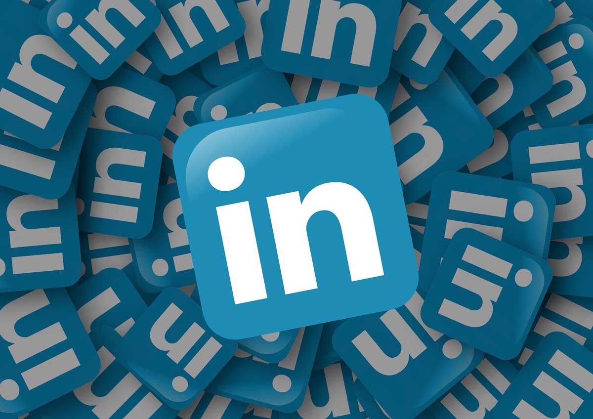 Infografika: LinkedIn – vychytaná profesní síť